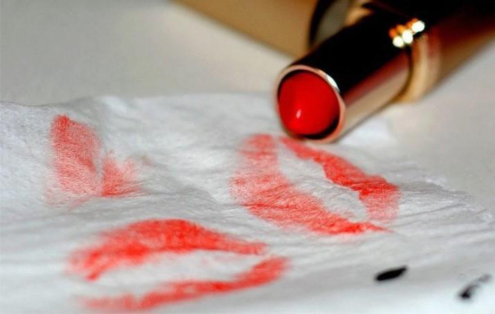 Как удалить пятна от губной помады с одежды