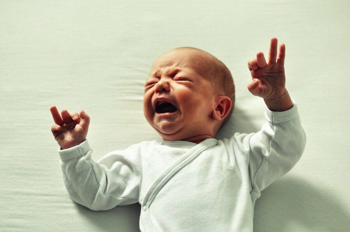 У новорождённого запоры от смеси что делать