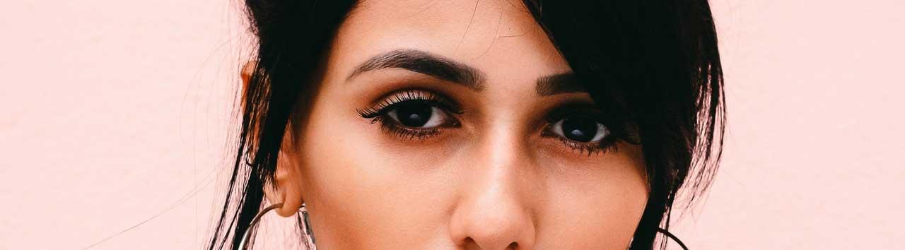 Частые ошибки при уходе за кожей вокруг глаз