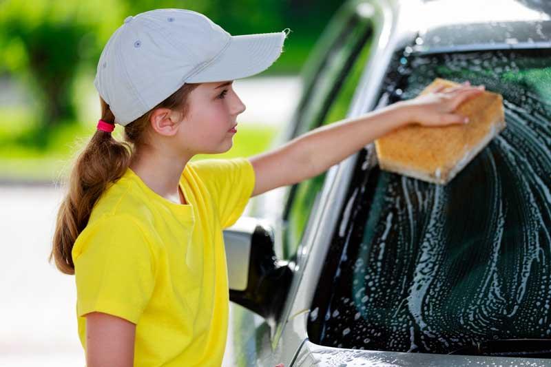 Подросток моет стёкла авто
