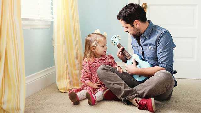 Играет с дочкой