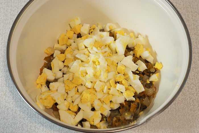 Добавляем в грибы варёные яйца