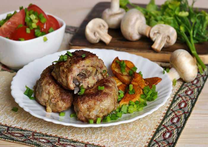 Куриные зразы с грибной начинкой и сметанным соусом