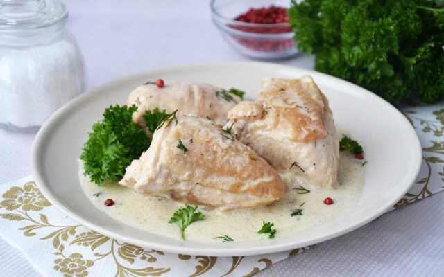 Курица, приготовленная с укропом в сметанном соусе