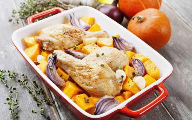 Тыква с курицей и специями в соусе