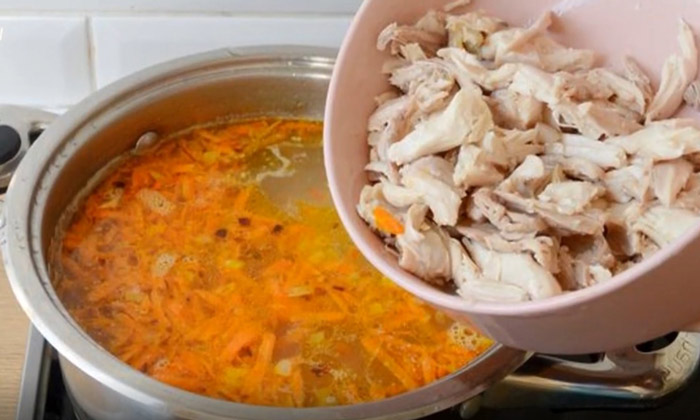 куриный суп с яйцом и горошком